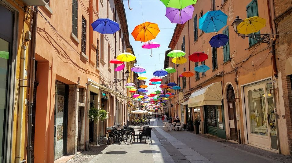 Ferrara strada decorazione ombrelli